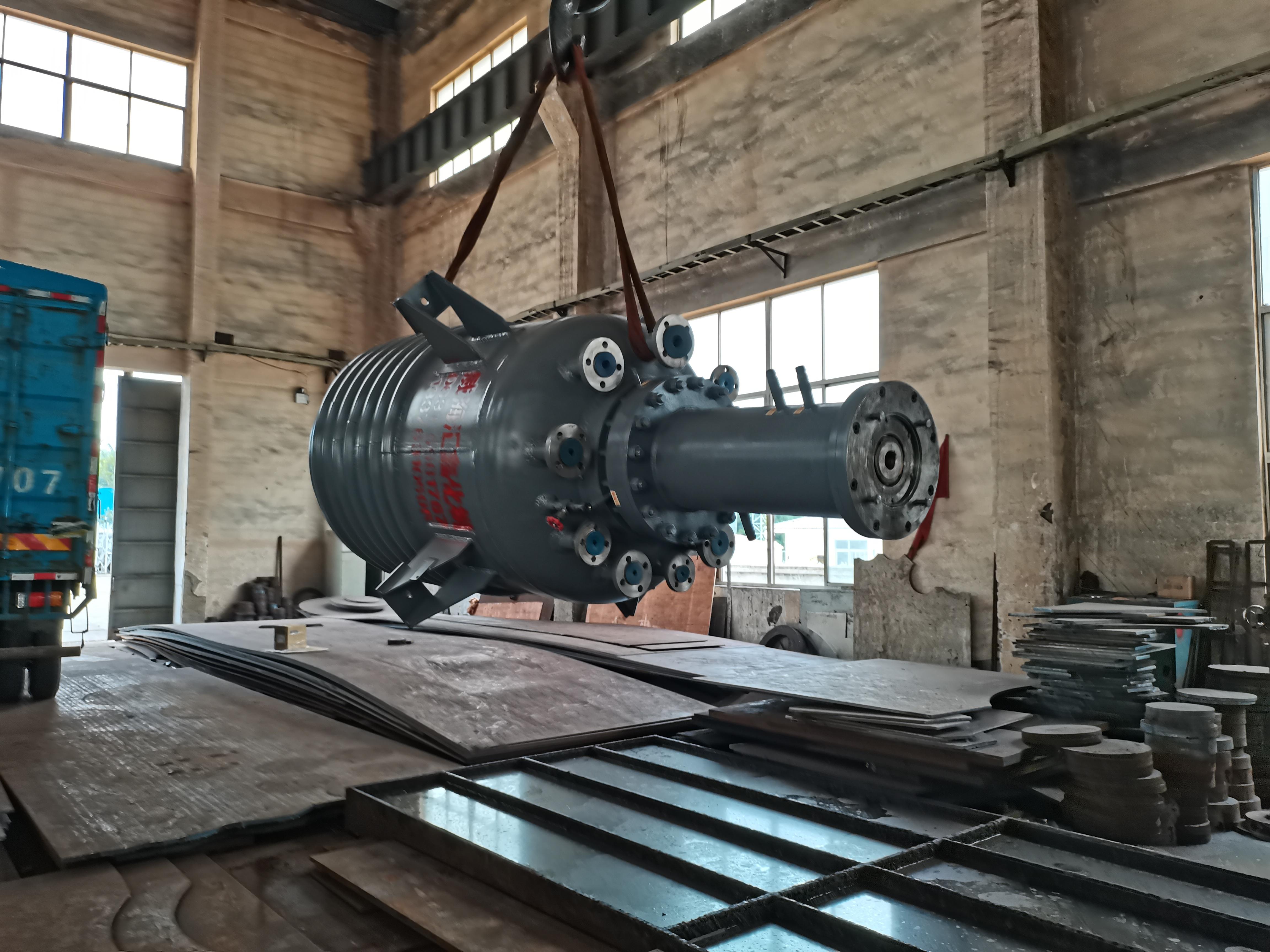 我公司为河北某化工厂生产的1000L不锈钢反应釜顺利完工出厂